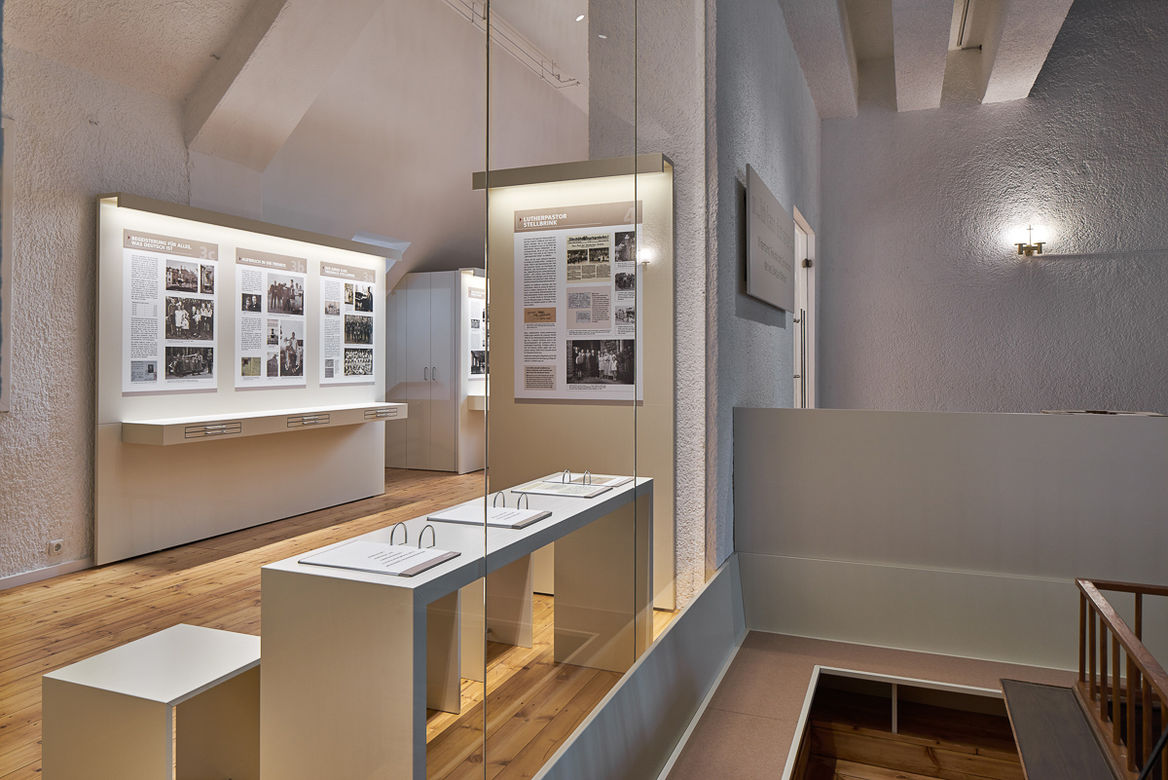 Luther Melanchthon Lesepult in Ausstellung