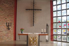 Der Altar und das Altarkreuz in St. Martin - Copyright: Ev.-Luth. Kirchenkreis Lübeck-Lauenburg