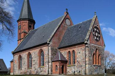 Außenansicht der Kirche in Breitenfelde, von der Seite