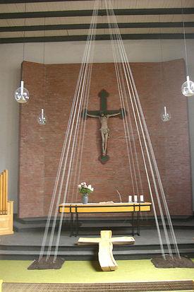Blick auf den Altar und das Kreuz in St. Johannes - Copyright: Ev.-Luth. Kirchenkreis Lübeck-Lauenburg