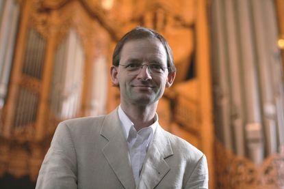 Kirchenmusiker Eckhard Bürger vor der Orgel in St. Aegidien - Copyright: Katja Launer