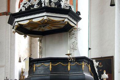 Blick auf die an einer Säule befindliche barocke Kanzel mit Aufgang - Copyright: Manfred Maronde