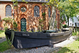 letzter 1965 hier für Schlutuper Fischer gebauter Kahn, für Fang auf Trave bis 1986, dahinter Kirchenwand im Halbschatten           - Copyright: Manfred Maronde