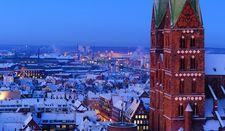 Blick an den Marientürmen vorbei zum winterlichen Hafen