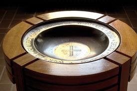 Nahe Ansicht des Taufbeckens in der Martin-Luther-Kirche Wentorf