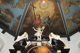 Malerei der Trinitas auf der Holzdecke in St. Andreas oberhalb des Altars  - Copyright: Ev.-Luth. Kirchenkreis Lübeck-Lauenburg