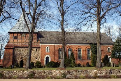 Seitliche Außenansicht von St. Dionys und St. Jakobus in Lütau - Copyright: Manfred Maronde