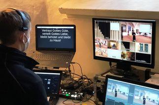 Ein Mann, Bildschirme mit Fotos, ein Mischpult. - Copyright: Ines Langhorst