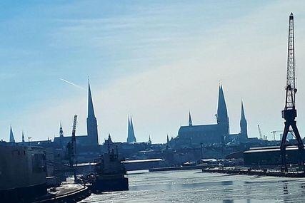 Lübecks Stadtsilhouette wird geprägt von den sieben Türmen. - Copyright: Cornelia Schäfer