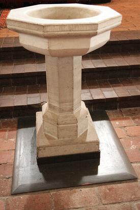Das steinerne Taufbecken der Kirche in Nusse