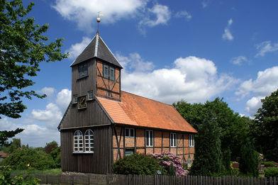 Außenansicht der St.-Anna-Kirche in Niendorf - Copyright: Manfred Maronde