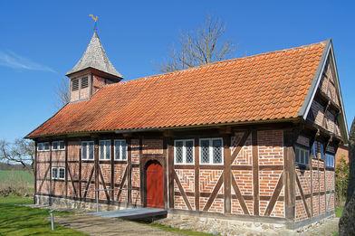 Außenansicht der St.-Georg-Kapelle in Fuhlenhagen von der Seite - Copyright: Manfred Maronde