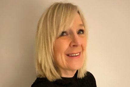 Eine blonde Frau mit einem schwarzen Oberteil lacht fröhlich in die Kamera. - Copyright: Ute Reggentin
