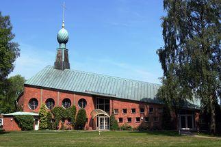St. Philippus ist die Kirche mit dem aufsteigenden Dach. - Copyright: Kirchenkreis Lübeck-Lauenburg