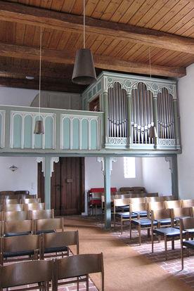 Blick vom Altar aus auf Empore und Orgel von St. Lorenz Schmilau