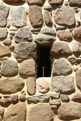 Ein Turmfenster in St. Dionys und St. Jakobus Lütau von außen gesehen - Copyright: Manfred Maronde
