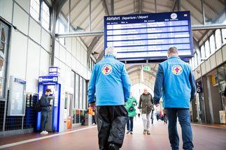 Mitarbeiter der Bahnhofsmission Lübeck sind tageweise wieder aktiv. - Copyright: Valeska Achenbach