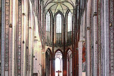 Blick durch das gesamte Hauptschiff auf den Altar von St. Marien