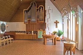 Innenansicht der Martin-Luther-Kirche Wentorf mit Orgel, Taufbecken und Orgel - Copyright: Manfred Maronde