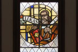 Blick von innen auf ein Bleiglas-Fenster in der Heilig-Geist-Kirche Wohltorf - Copyright: Manfred Maronde