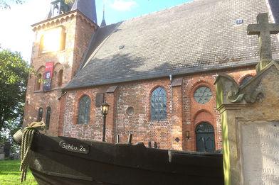 St.-Andreas-Kirche mit Fischerboot vor der Kirche