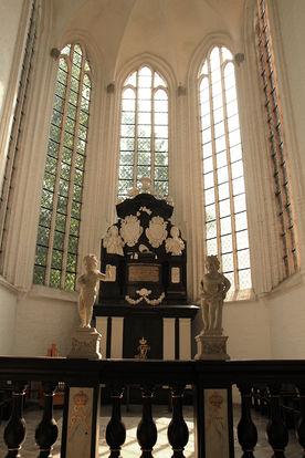 Blick in eine Seitenkapelle mit hohen Fenstern und verziertem Altar - Copyright: Ev.-Luth. Kirchenkreis Lübeck-Lauenburg