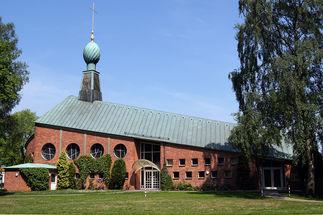 Kirche und Gemeindehaus komplett zwischen Eiche und Birke, vorn Sandweg - Copyright: Manfred Maronde