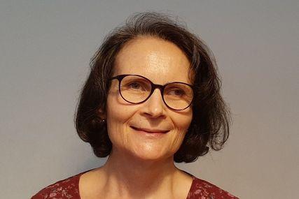 Eine Frau mit dunklen halblangen Haaren und einer dunklen Brille lächelt freundlich in die Kamera. - Copyright: Christine Grossmann