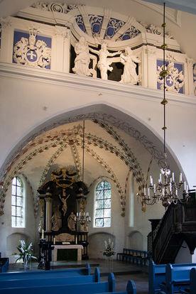 Blick auf den Altarbereich mit der Chorscheidewand in St. Georg - Copyright: Manfred Maronde