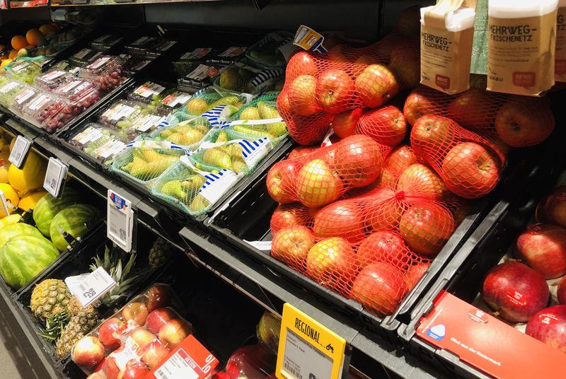Das Obst- und Gemüseregal eines Supermarktes.