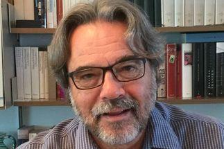 Das Portrait eines Mannes mit Brille. Im Hintergrund ein Regal mit Büchern. - Copyright: privat