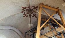 Das Gewölbe wird von einer Holzkonstruktion abgestützt.
