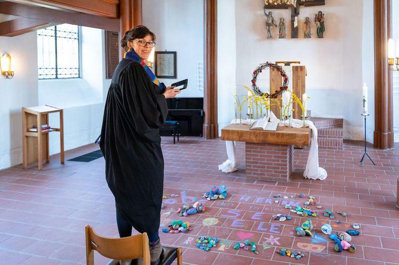 Pastorin Angelika Gogolin nimmt für die Instagram-Fotos gerne neue Perspektiven ein. Sie steht in der Kirche.