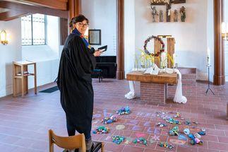 Pastorin Angelika Gogolin nimmt für die Instagram-Fotos gerne neue Perspektiven ein. Sie steht in der Kirche. - Copyright: Florian Läufer