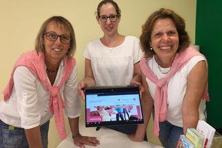 Conny Schermann (v. li.), Nadine Kukat und Kerstin Dlugi präsentierten das neue Programm der Familienbildungsstätte Schwarzenbek stehen am Tisch, haben ein Tablet in der Hand, auf dem die neue Homepage zu sehen ist.. - Copyright: Steffi Niemann