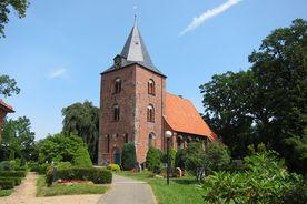 Eine Außenansicht von St. Georg mit umliegendem Kirchhof