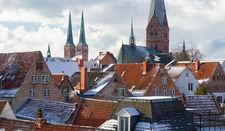 Leicht schneebedeckte Dächer Lübecks, im Hintergrund Der Dom und St. Aegidien