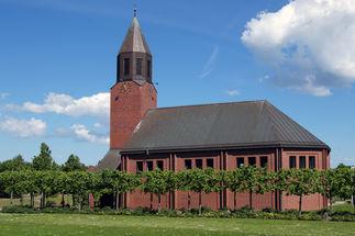 Außenansicht der Versöhnungskirche Travemünde von der Seite