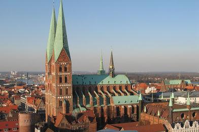 Blick aus der Luft auf St. Marien und umliegende Häuser