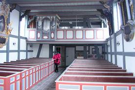 Empore und Orgel der St.-Anna-Kirche in Niendorf