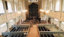 Die Fußbodenheizung von oben betrachtet. Bald kommen Estrich, Eichendielen und zum Schluss die ausgebauten Kirchenbänke darüber.