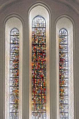 Drei hohe, bunt gestaltete Fenster im Dom - Copyright: Manfred Maronde
