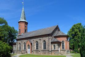 Kirche von rechts, vorn 2 Steige und Laterne links, grüne Eichen beidseitig, im Hintergrund rechts Gutsscheune - Copyright: Manfred Maronde