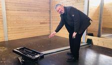 Michael Eggers zeigt eine der beiden Schnecken im Heizhaus, die die Hackschnitzel über eine Rinne zum Heizkessel transportieren.