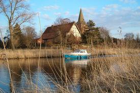 Ansicht der Maria-Magdalenen-Kirche Berkenthin vom Elbe-Lübeck-Kanal