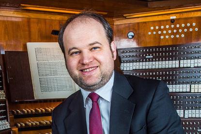 Organis Johannes Unger vor einer Orgel - Copyright: Johannes Unger