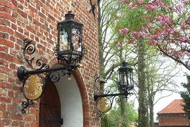 Laternen-Ausleger an der Eingangs-Mauer der St-Jürgen-Kapelle - Copyright: Katja Launer
