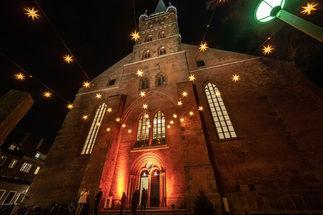 Der Kunsthandwerkermarkt in der St.-Petri-Kirche lockt in jedem Jahre tausende Besucher an. Auf dem Bild ist die weihnachtlich erleuchtete Kirche zu sehen. - Copyright: Thorsten Biet