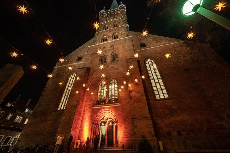 Der Kunsthandwerkermarkt in der St.-Petri-Kirche lockt in jedem Jahre tausende Besucher an. Auf dem Bild ist die weihnachtlich erleuchtete Kirche zu sehen.