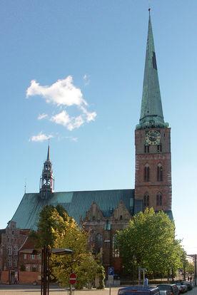 Eine Außenansicht von St. Jakobi von der Seite